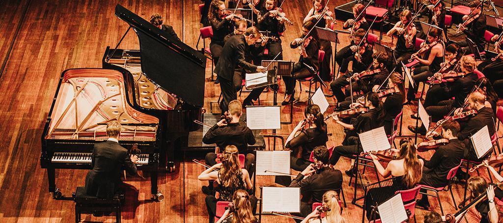 bb96cbc0a13 Het Symfonieorkest werkt onder leiding van gerenommeerde dirigenten aan het  grote orkestrepertoire.