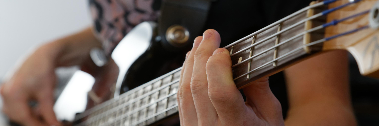 Você ainda estuda a música mesmo após já a alguns anos tocando? Basgitaar